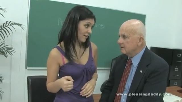 Трахнулась с пожилым профессором биологии