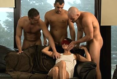Не растерялась и хорошо обслужила трёх парней одновременно