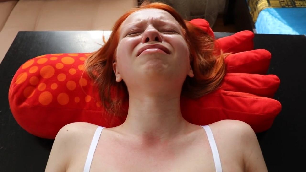 Хнычет от боли и умоляет батю вытащить член из тугой попы